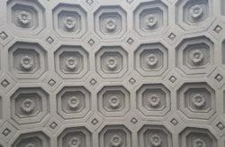 Москва, потолок в арке жилого дома