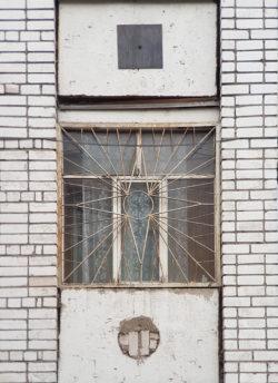 Вологда, окно жилого дома, застройка 1980х гг