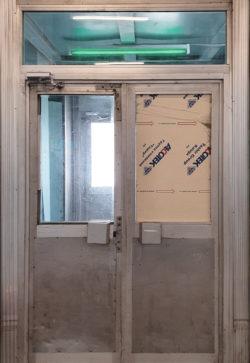 Екатеринбург, дверь промышленного здания, застройка 1970-х гг.